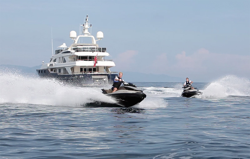 Скутер и яхта