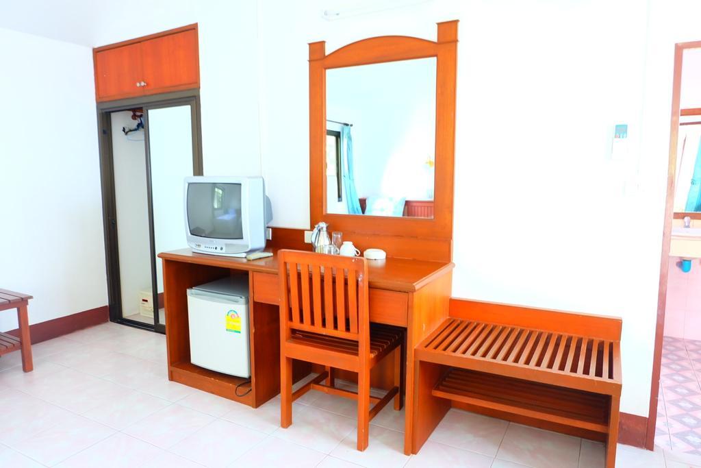 Зеркало, холодильник, телевизор