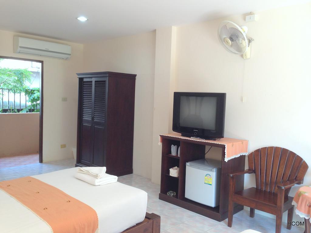 Телевизор, кровать и шкаф в номере
