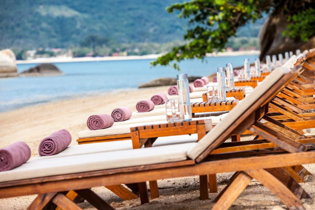 Лежаки у пляжа