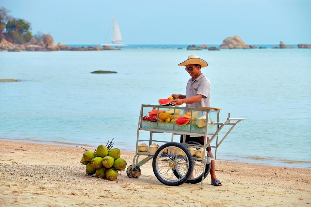 Свежие фрукты на пляже
