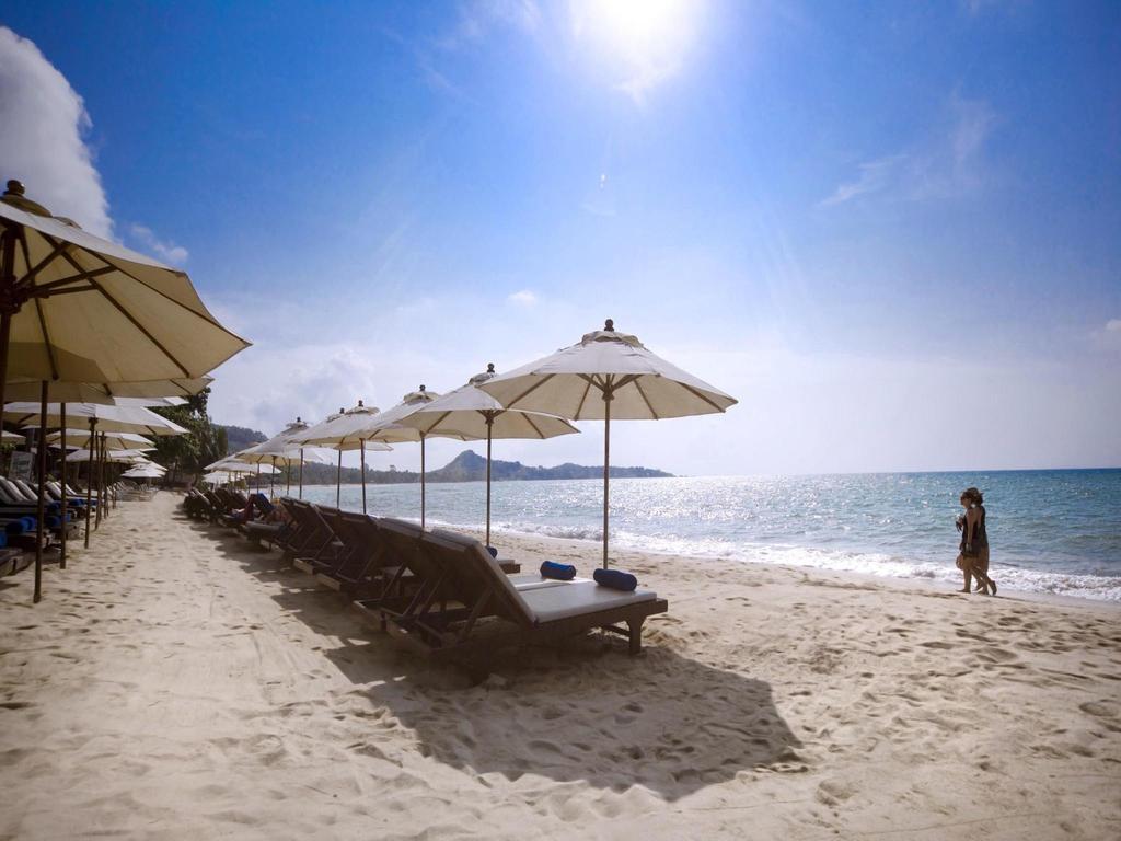 Лежаки и зонтики на пляже