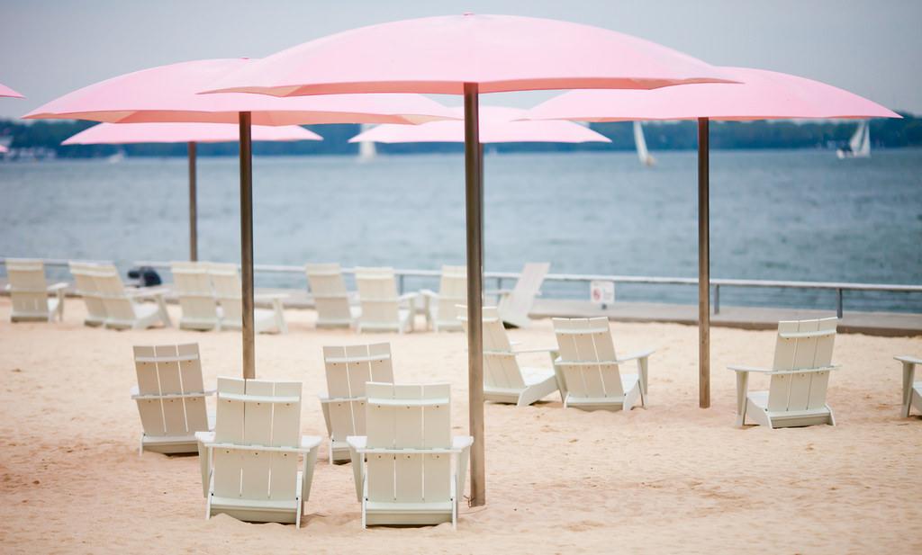 Зонтики на пляже Ламаи